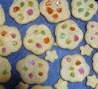 ステンドグラスクッキー用のあめをはめ込んだところ