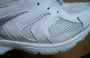 白い運動靴洗う